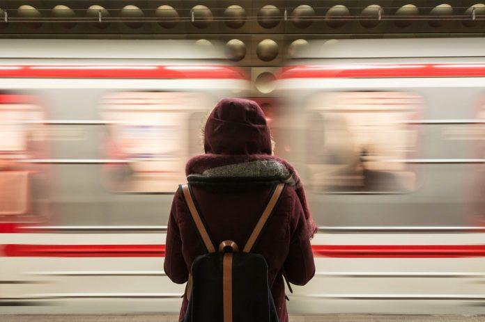 Γυναίκα μπροστά από διερχόμενο τρένο