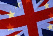 Η σημαία της Βρετανίας, και από πίσω, η σημαία της ΕΕ