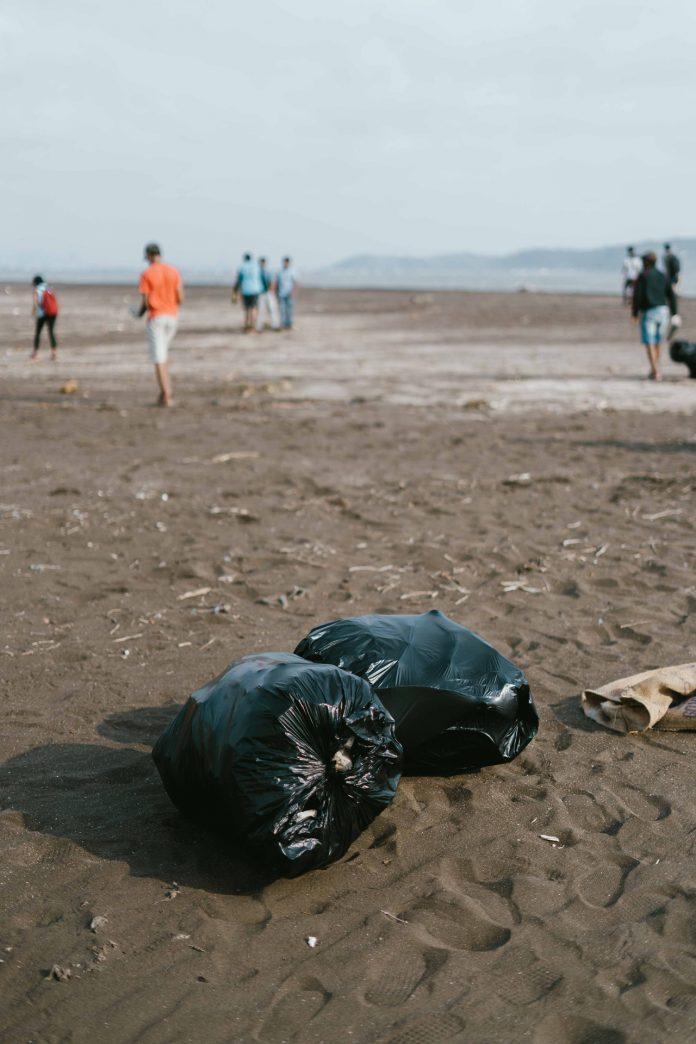Σακούλες σκουπιδιών σε παραλία