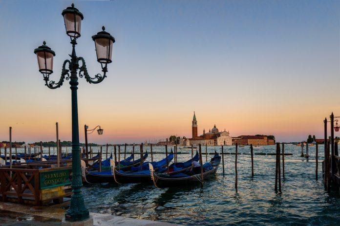 Γόνδολες σε κανάλι της Βενετίας στην δύση του ήλιου