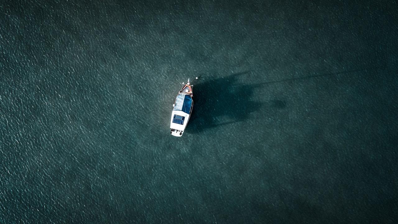 Πλοίο σε πορεία - Φωτογραφία από drone